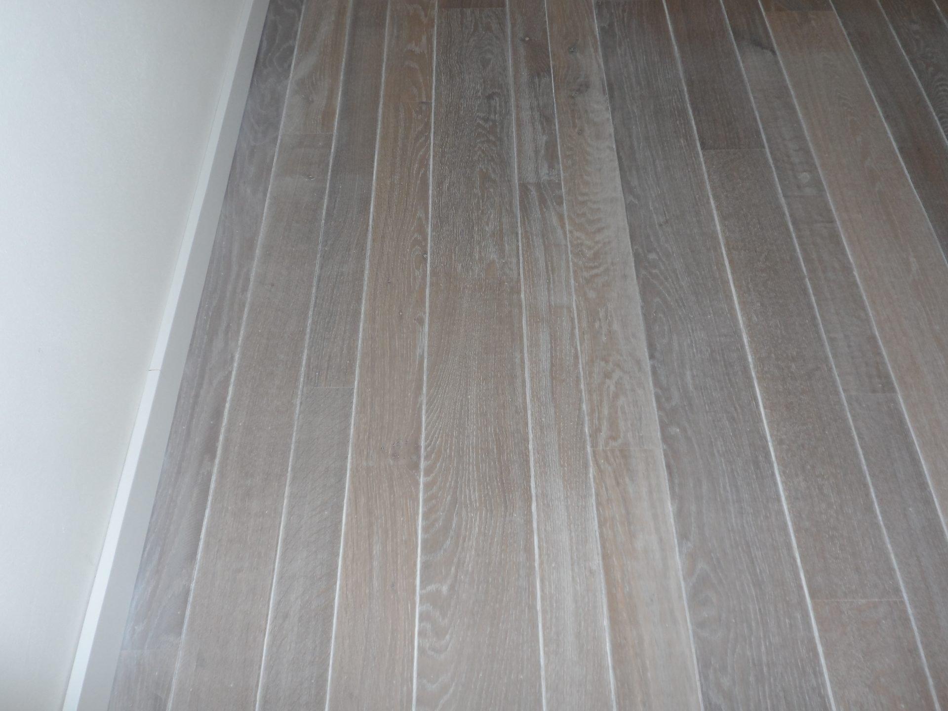 9-eiken-tapisvloer-en-trap-gerookt-ingekleurd-met-extra-wit-10