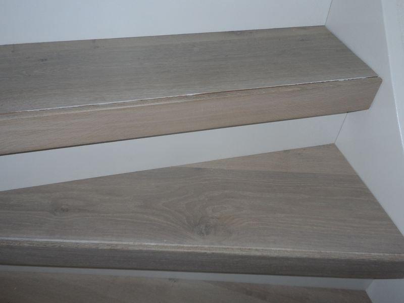 Slider-traprenovatie.-Trapredes-multiplank-eiken-inkleuren-met-17eeuws-wit-en-afwerken-met-osmo-3032-met-een-antislip-strip.-Witte-stootborden-plaatsen-2