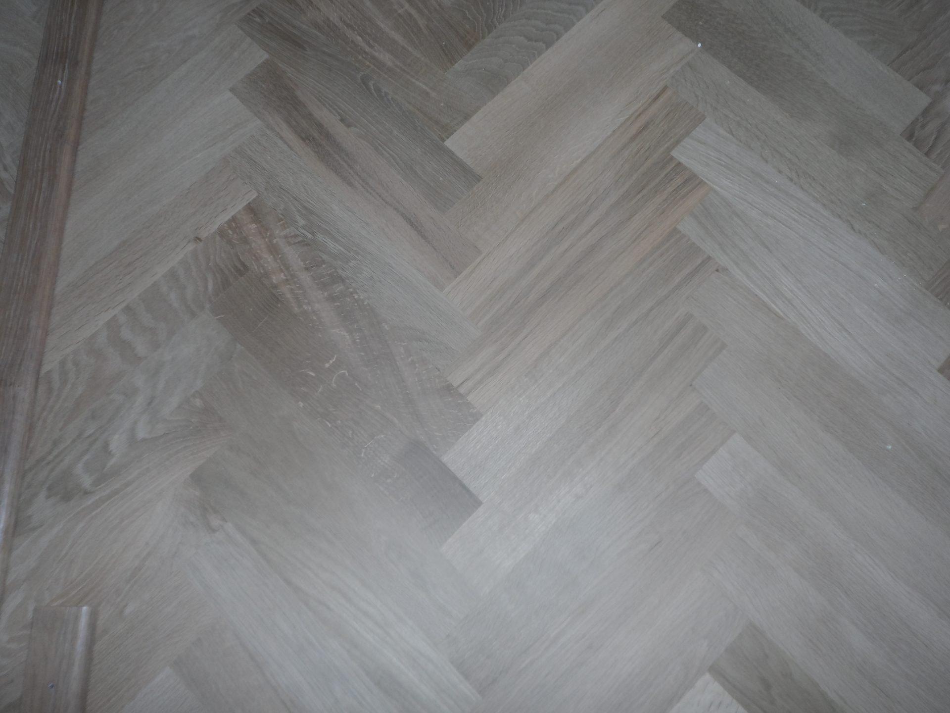 eiken-mozaiekvloer-schuren-rokeninkleuren-met-naturel-wit-en-afwerken-met-een-naturelle-olie-25