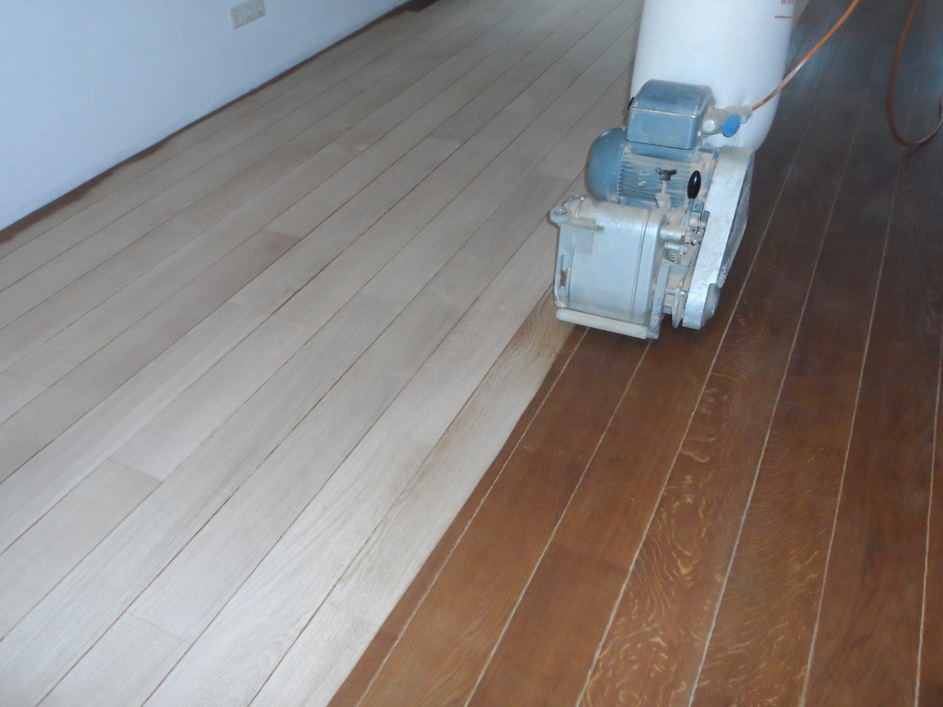 vloer-renovatie-Eiken-tapis-vloer-schuren-borsten-en-inkleuren-met-Ceranova-grijs-afwerken-met-een-naturelle-olie-1